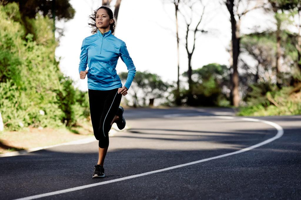 Kvinna springer.