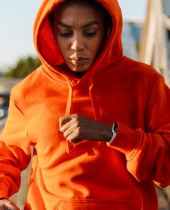 Kvinna i orange tröja springer.