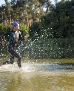 Kvinna springer i vatten.